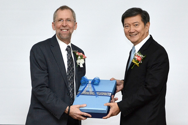 Eric Green receives Thai award